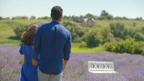 在享受夏天自然的爱的轻松的夫妇 股票录像