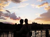 在享受布拉格的美好的全景爱的夫妇一座老历史城堡在日落期间, Hradcany,捷克 免版税库存照片