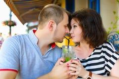 在享受时间的咖啡馆的年轻夫妇在假日 库存照片