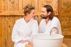 在享受浪漫旅行的温泉的夫妇 免版税图库摄影