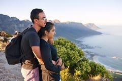 在享受看法的自然远足的年轻印地安夫妇 库存照片