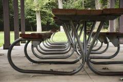 在亭子下的空的野餐桌 免版税图库摄影