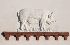 在亭子猪VDNKh全俄国会展中心,莫斯科,俄罗斯的墙壁上的浅浮雕 库存图片