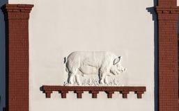 在亭子猪VDNKh全俄国会展中心,莫斯科,俄罗斯的墙壁上的浅浮雕 库存照片
