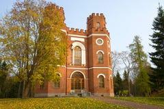 在亭子的金黄秋天 Tsarskoye Selo亚历山大公园  免版税库存照片