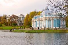 在亭子`洞穴`的多云秋天天 Tsarskoe Selo凯瑟琳公园  免版税库存图片