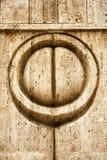在亲吻门的亲吻标志在石灰石在Targu籍雕刻了 免版税库存图片