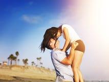 在亲密的片刻的浪漫夫妇在海滩。 免版税库存图片