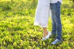 在亲吻和拥抱本质上的爱的年轻夫妇 库存图片