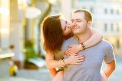 在亲吻在城市的爱的愉快的夫妇 库存照片