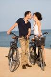 在亲吻在海滩的爱的夫妇 库存图片