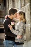 在亲吻在街道胡同的爱的美好的夫妇庆祝情人节 免版税图库摄影