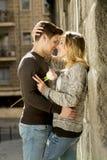 在亲吻在街道胡同的爱的美好的夫妇庆祝情人节 免版税库存照片