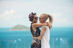 在亲吻的太阳镜的愉快的夫妇拥抱和 免版税图库摄影