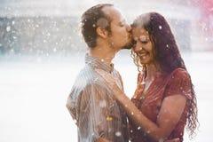 在亲吻的爱的夫妇拥抱和 图库摄影