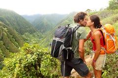 在亲吻的爱的夫妇,当远足在夏威夷时 免版税库存照片