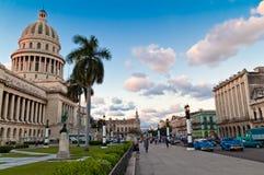 在人业务量之外的国会大厦哈瓦那 免版税库存照片