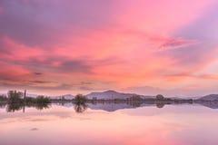 在人为反射性湖的灼烧的日落天空 库存图片