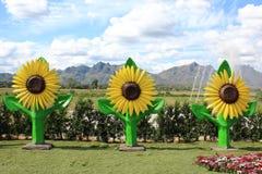 在人为草的向日葵雕象 免版税库存照片