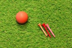 在人为草的高尔夫球 库存图片