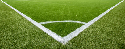 在人为草皮足球场的壁角粉笔线 免版税图库摄影