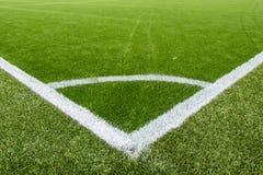 在人为草皮足球场的壁角粉笔线 库存照片