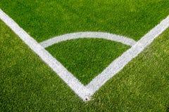 在人为草皮足球场的壁角粉笔线 免版税库存照片