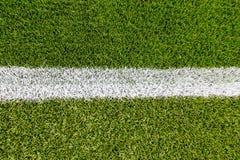 在人为草皮足球场的粉笔线 免版税库存照片