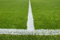 在人为草皮足球场的粉笔线 免版税图库摄影