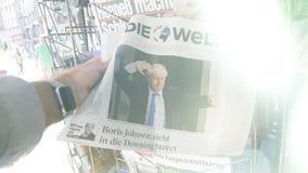 在人买的最新的新闻报纸的慢动作火光 股票录像