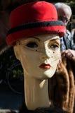 在人体模型的古色古香的红色帽子  库存照片