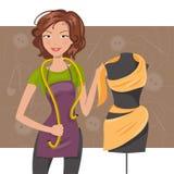 在人体模型附近的妇女裁缝 裁缝 图库摄影