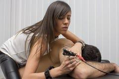 在人体的性感的美好的专业纹身花刺大师工作 库存图片