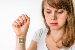 在人体-控制论概念里面的利用仿生学的芯片 免版税库存图片