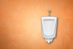在人公共厕所的新的白色陶瓷室外尿壶安装o 免版税库存照片