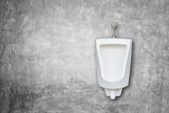 在人公共厕所的新的白色陶瓷室外尿壶安装o 库存照片