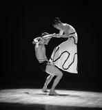 在人和妇女差事之间的交锋到迷宫现代舞蹈舞蹈动作设计者玛莎・葛兰姆里 免版税图库摄影
