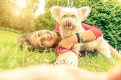 在人和狗之间的爱 图库摄影