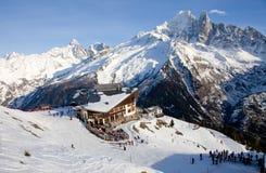 在人手段自服务滑雪附近的棒 免版税库存照片