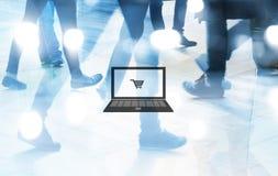 在人步行购物背景、抽象迷离和蓝色口气概念的计算机和推车图表 库存图片