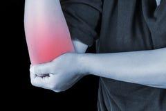在人的手肘伤害 挤过去痛苦,医疗关节痛的人, m 免版税图库摄影