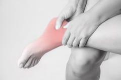 在人的脚踝受伤 脚腕痛苦,医疗关节痛的人,在脚腕的单音口气聚焦 免版税库存图片