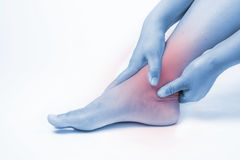 在人的脚踝受伤 脚腕痛苦,医疗关节痛的人,在脚腕的单音口气聚焦 库存照片