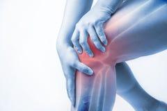 在人的膝伤 膝盖痛苦,医疗关节痛的人,在膝盖的单音口气聚焦 免版税库存图片