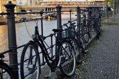 在人的自行车停车处停止并且锁自行车在狂欢河河沿  库存图片