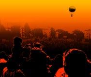 在人群上的飞行在气球 库存照片