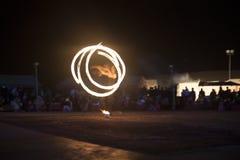 在人群前面的firedancer跳舞 免版税库存照片