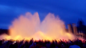 在人群的照相机在不可思议的喷泉 免版税库存图片