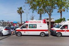 在人群附近停放的救护车 免版税库存图片