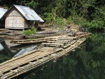 在人行桥的竹小屋在泰国,亚洲 免版税库存图片
